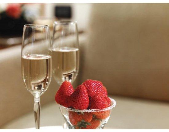 Скачать Картинки шампанское с клубникой 900x675 px