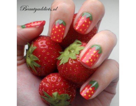 Скачать Дизайн ногтей клубника фото 674x699 px